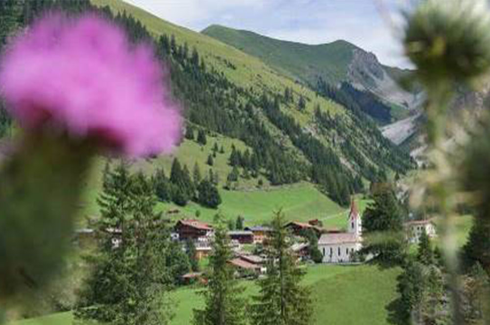 Blick auf eine Kirche und ein Dorf im Lechtal
