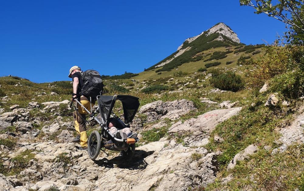 Wanderer mit dem Hike Kid auf einem steilen Wanderweg