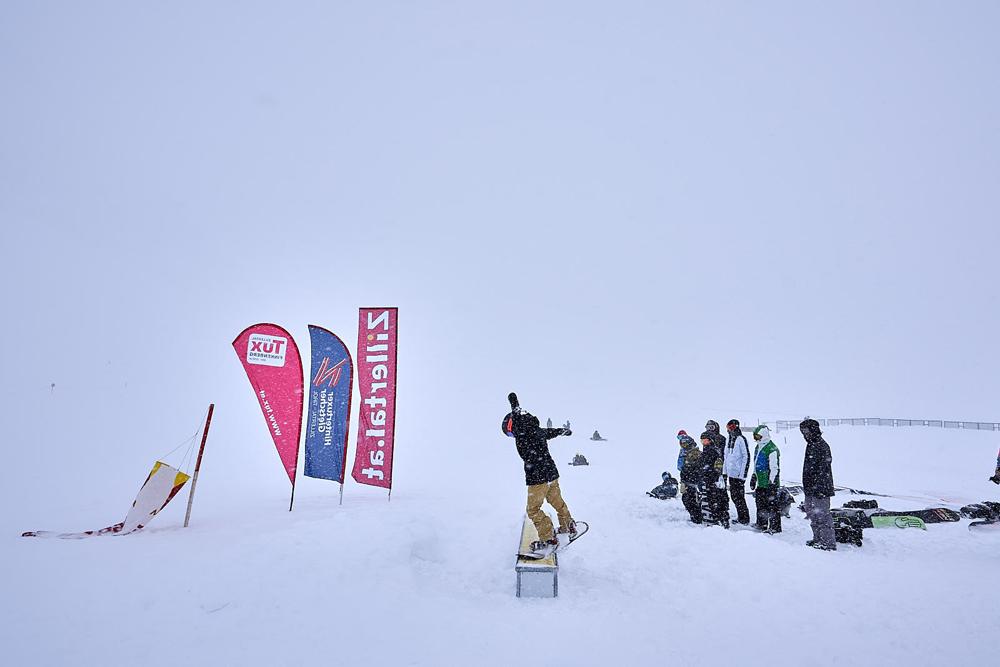 Snowboarder beim Coaching im Rahmen des Välley Rälley