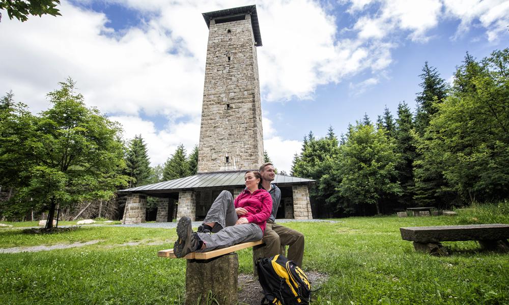 Paar vor einem Aussichtsturm auf dem Kornberg © TZ Fichtelgebirge / Florian Trykowski