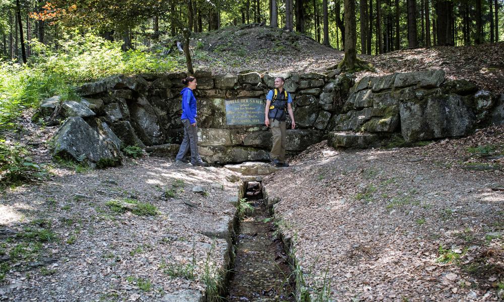 Wanderer an der Egerquelle am Waldstein © TZ Fichtelgebirge / Florian Trykowski