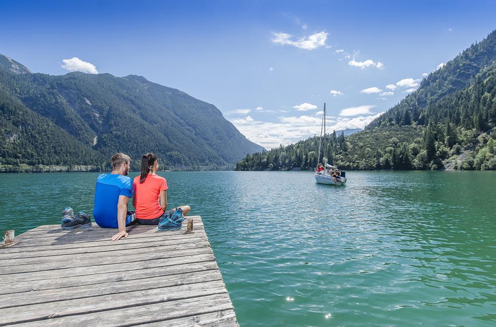 Besucher auf einem Bootssteg am Achensee