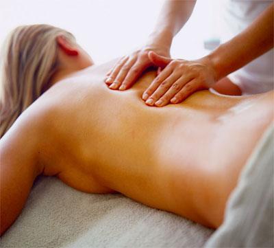 Frau bei der Rückenmassage