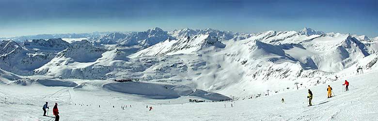 Blick auf Skifahrer am Mölltaler Gletscher