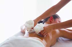 Frau bei einer kraftvollen Thai-Massage