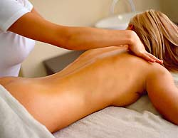 Frau bei einer Schultermassage