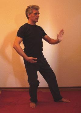 Mann bei einer Tai Chi-Übung
