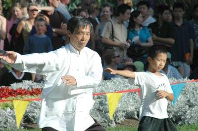 Mann und Junge bei einer Tai Chi-Performance