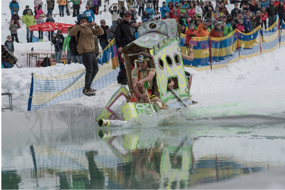 Sportler überquert den Eissee in der Kategorie Crazy Vehicles mit einem selbstgebautem Boot