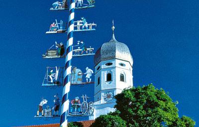 Weiß-blauer Maibaum mit Kirchturm