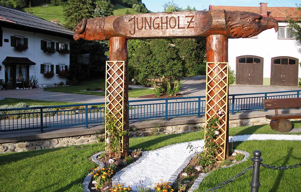 Das Kräutertor am Ortseingang von Jungholz