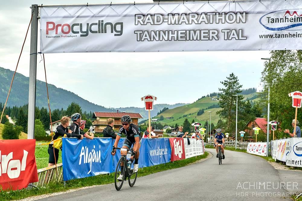 Radfahrer bei der Zieleinfahrt beim Radmarathon Tannheimer Tal