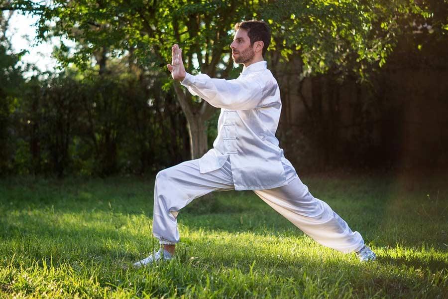 Mann bei einer Qi Gong-Übung