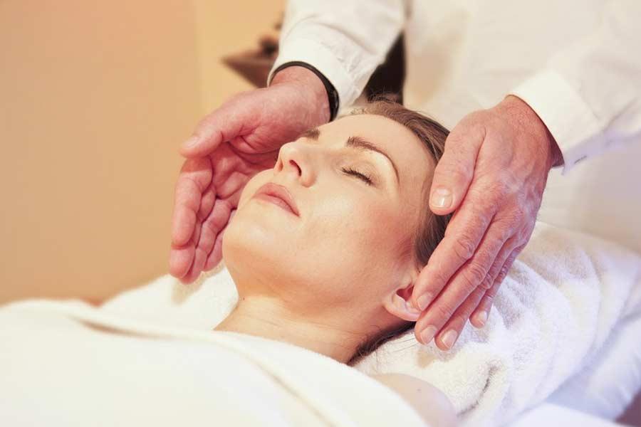 Frau entspannt bei einer Ayurveda-Massage