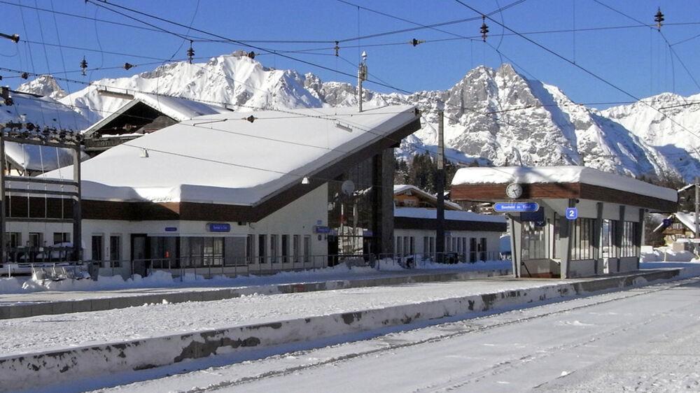 Blick auf den beschneiten Bahnhof in Seefeld