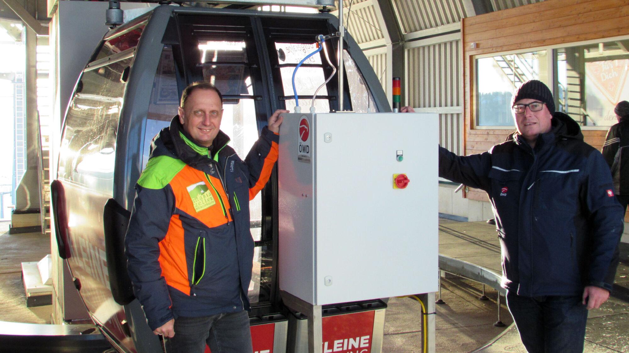 Johann Kleinhofer (links) und Markus Grundner (rechts) mit dem neuen Desinfektionssystem für Seilbah