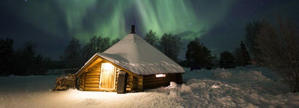 Nordlichter über einem Kota Iglu in Rovaniemi in Lapland