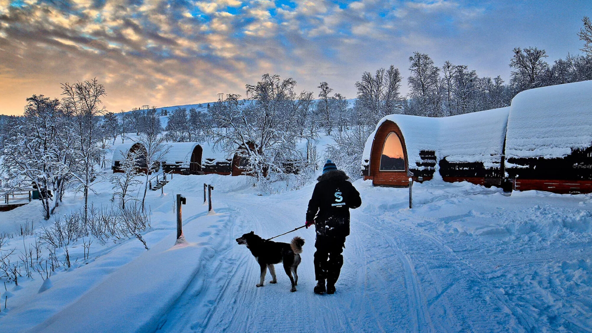 Blick auf ein Schneehotel in Kirkenes