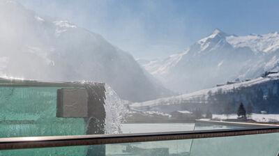 Skylinepool mit Blick auf das Kitzsteinhorn