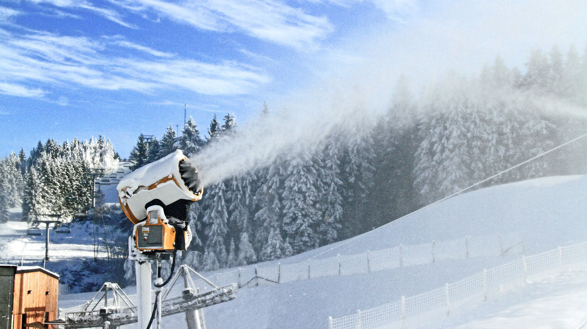 Schneeerzeuger im Skiliftkarussell Winterberg