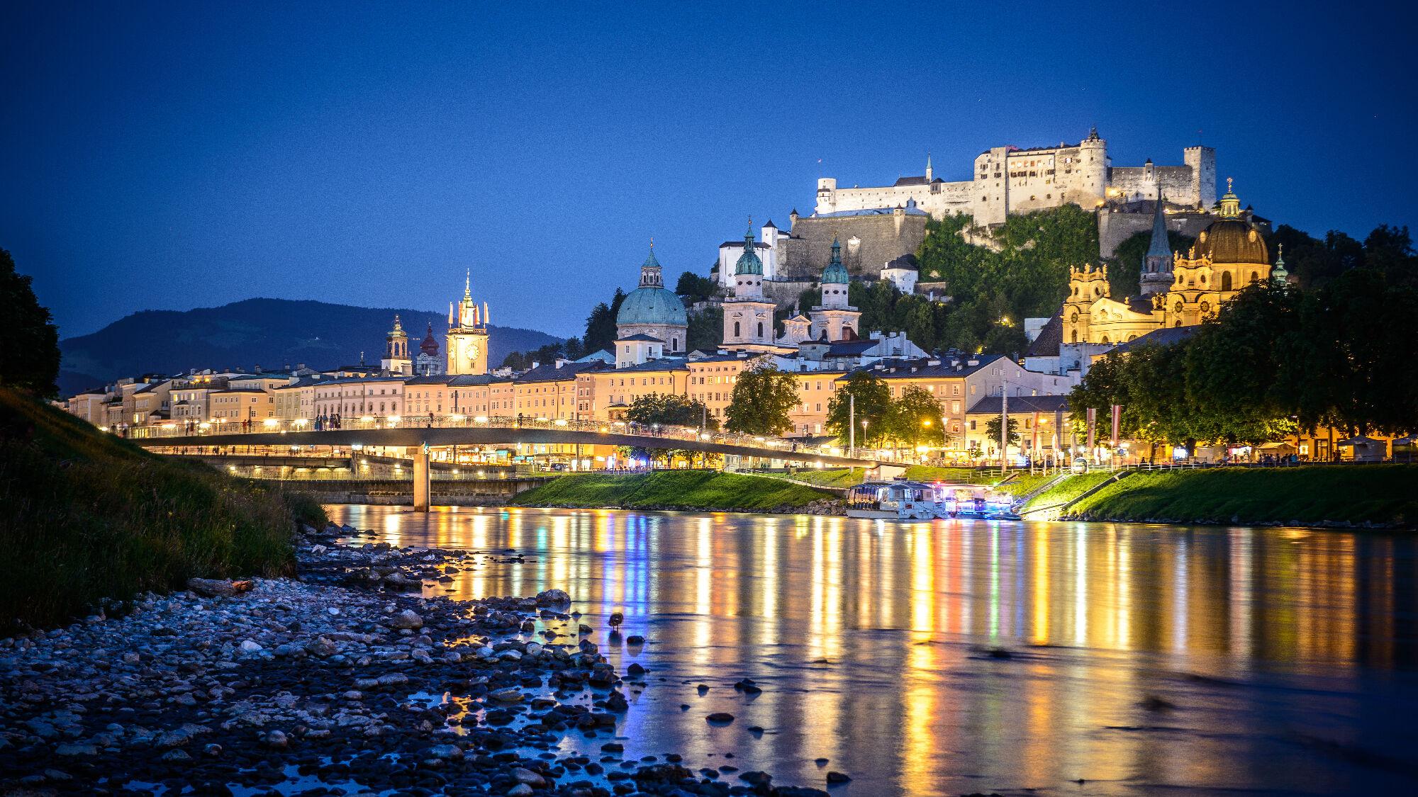 Salzach mit Salzburger Altstadt und Festung Hohensalzburg bei Nacht