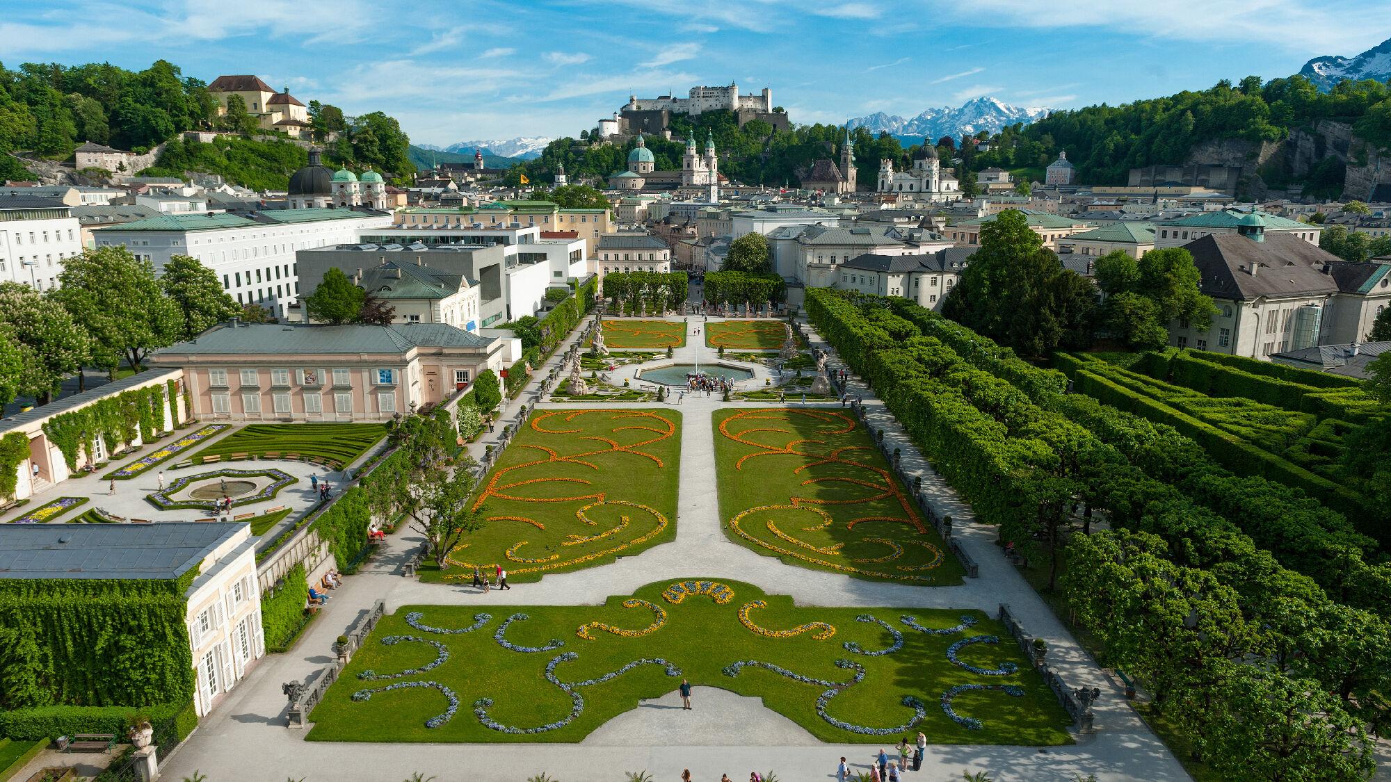 Mirabellgarten in Salzburg mit Blick auf die Festung Hohensalzburg
