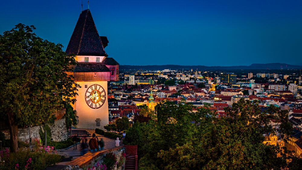 Blick auf den Uhrturm und die Stadt