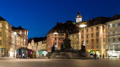 Der beleuchtete Hauptplatz in Graz