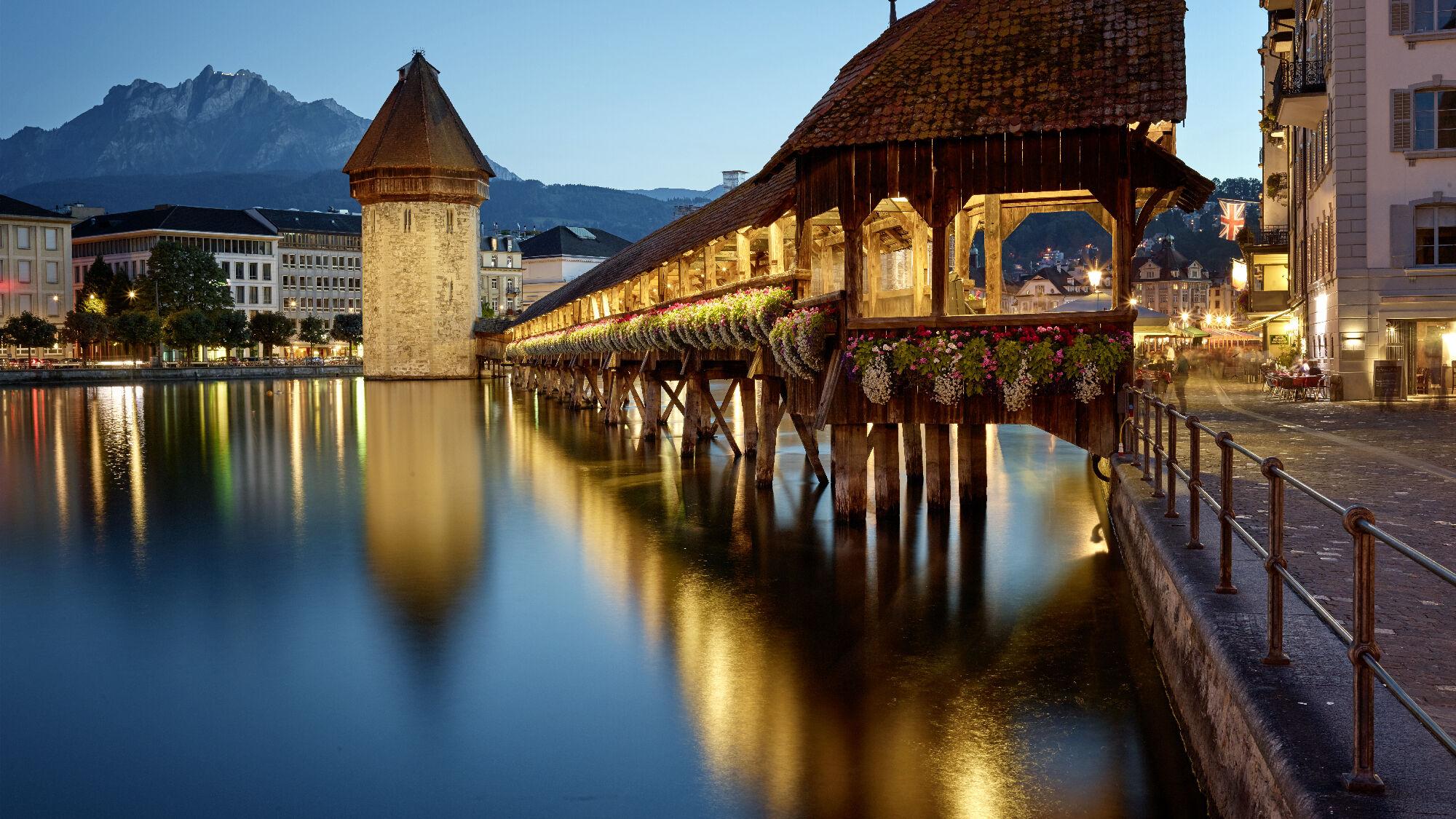 Kapellbrücke und Wasserturm in Luzern bei Nacht