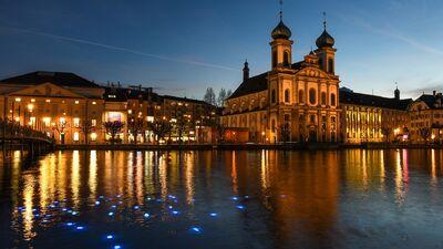 Die Jesuitenkirche in Luzern bei Nacht