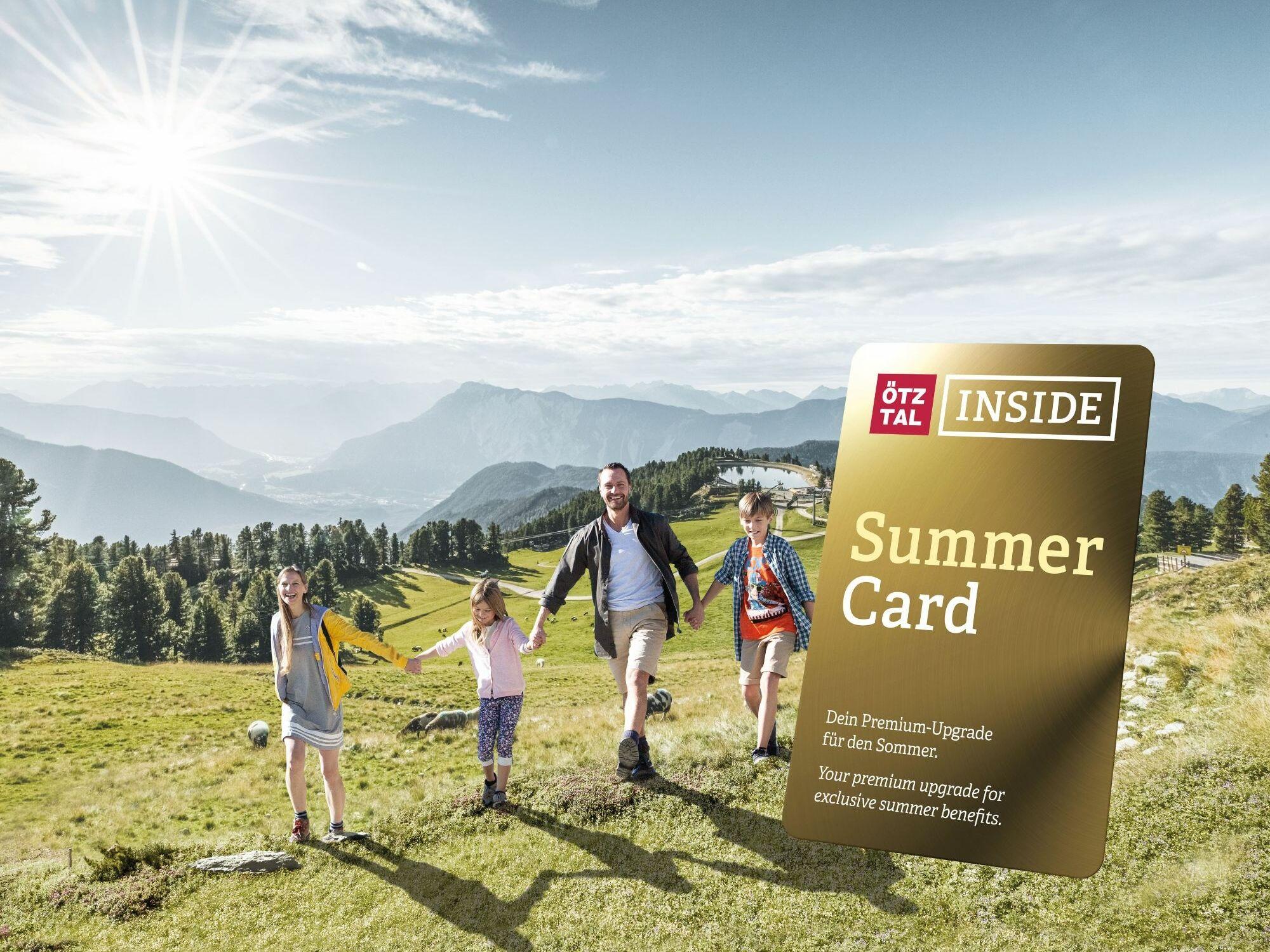 Ötztal Inside Summercard mit einer Familie im Hinterdrund