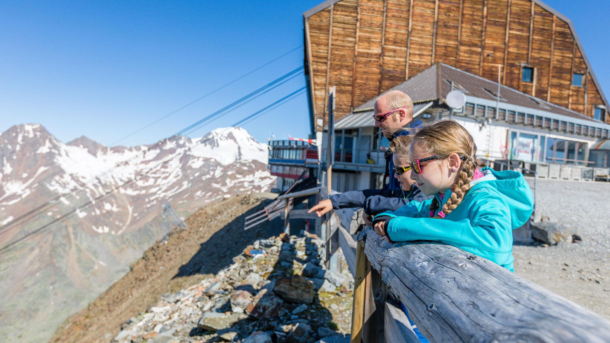 Familie am Schnalstaler Gletscher