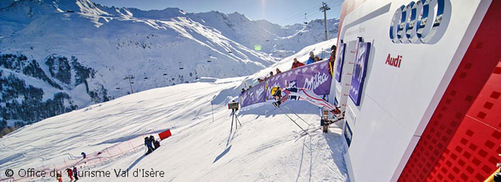 Rennskifahrer im Starthaus beim Weltcup in Val d'Isère