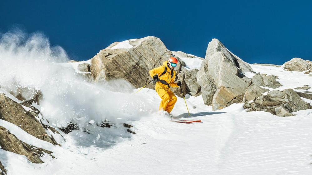 Ein Skifahrer unterwegs im SalzburgerLand