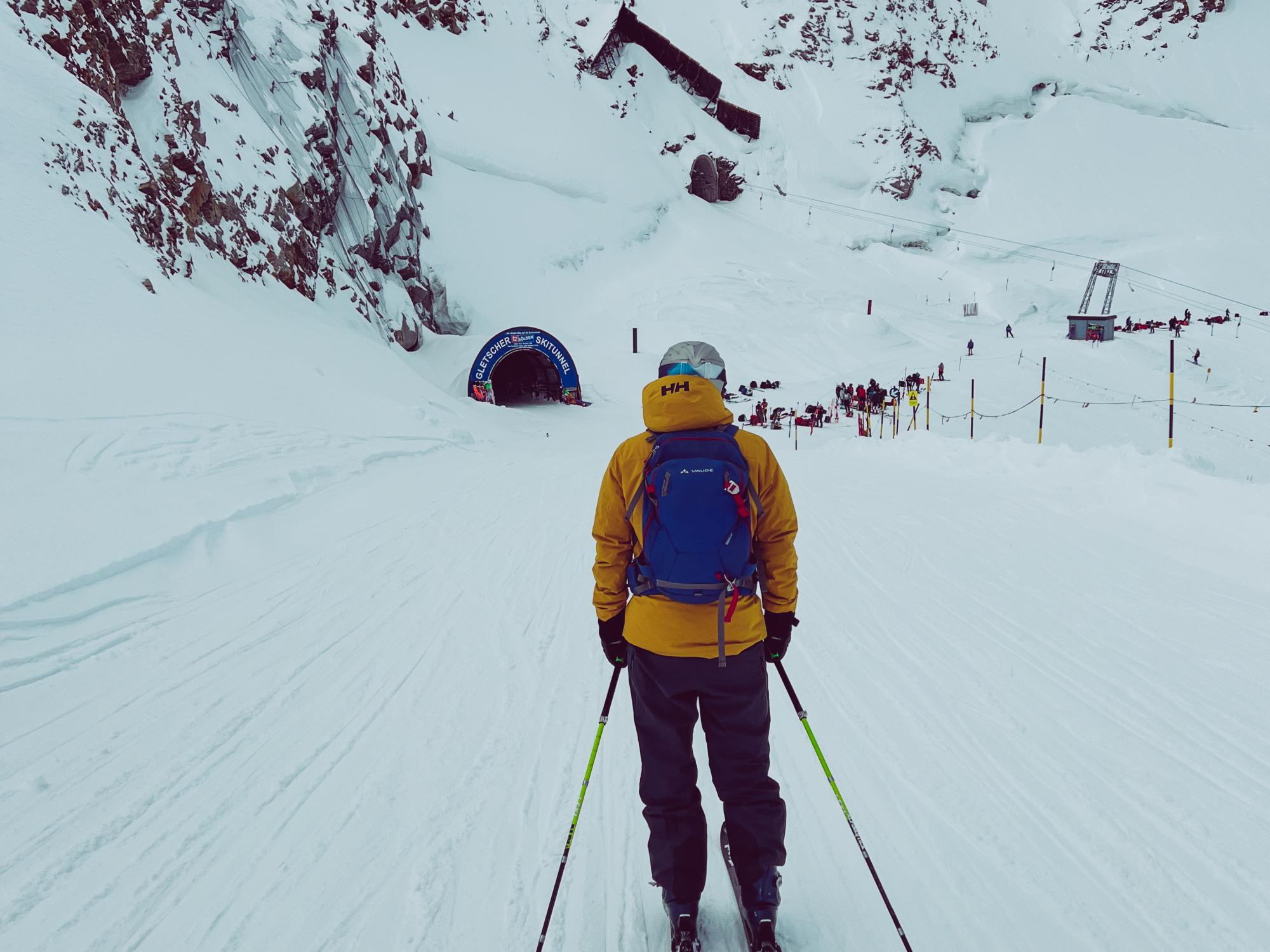 Auf dem Weg zum berühmten Tunnel, der den Skifahrer hinüber zum Tiefenbachgletscher bringt