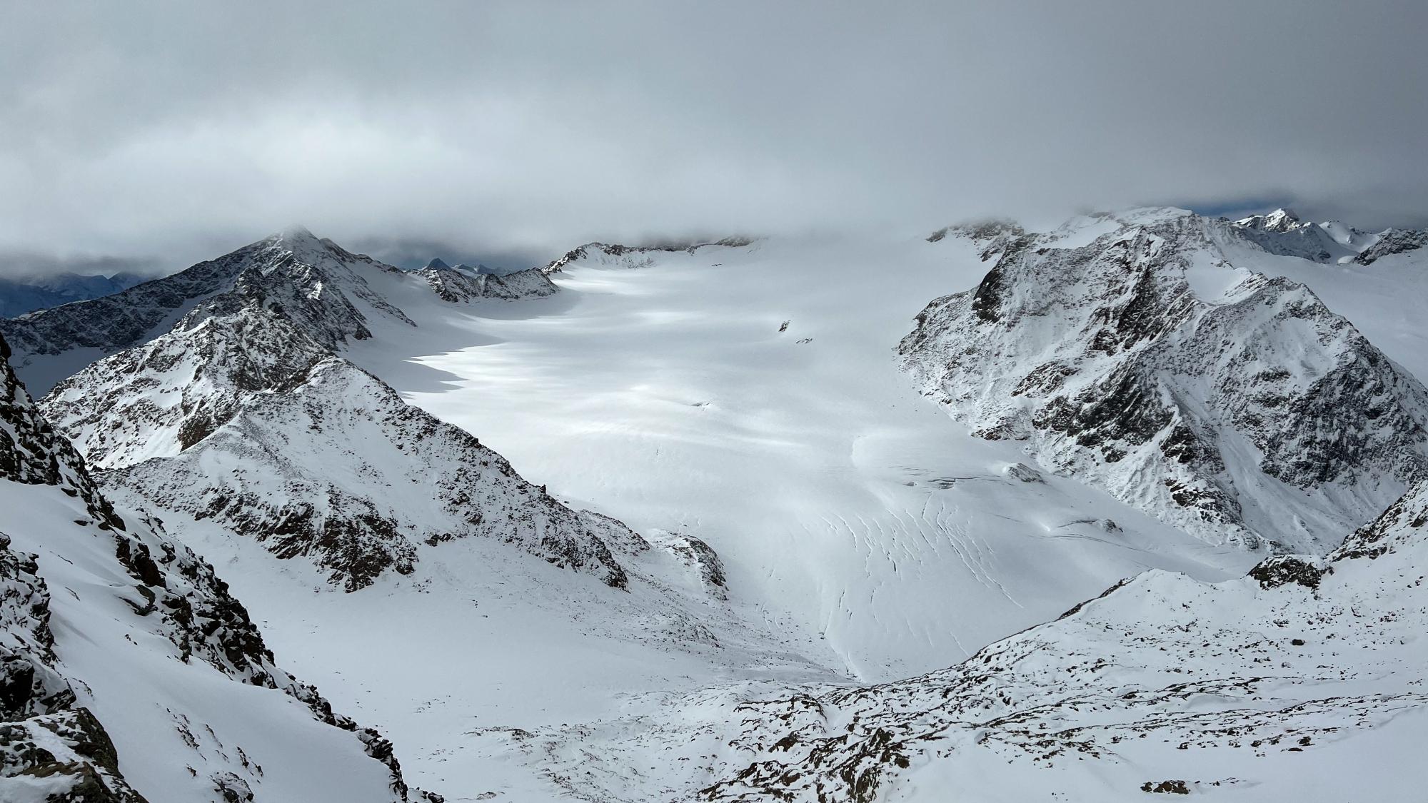 Spektakulärer Ausblick vom BIG3 Panorama-Felssteg Tiefenbachkogl auf Mittelbergferner und Wildspitze
