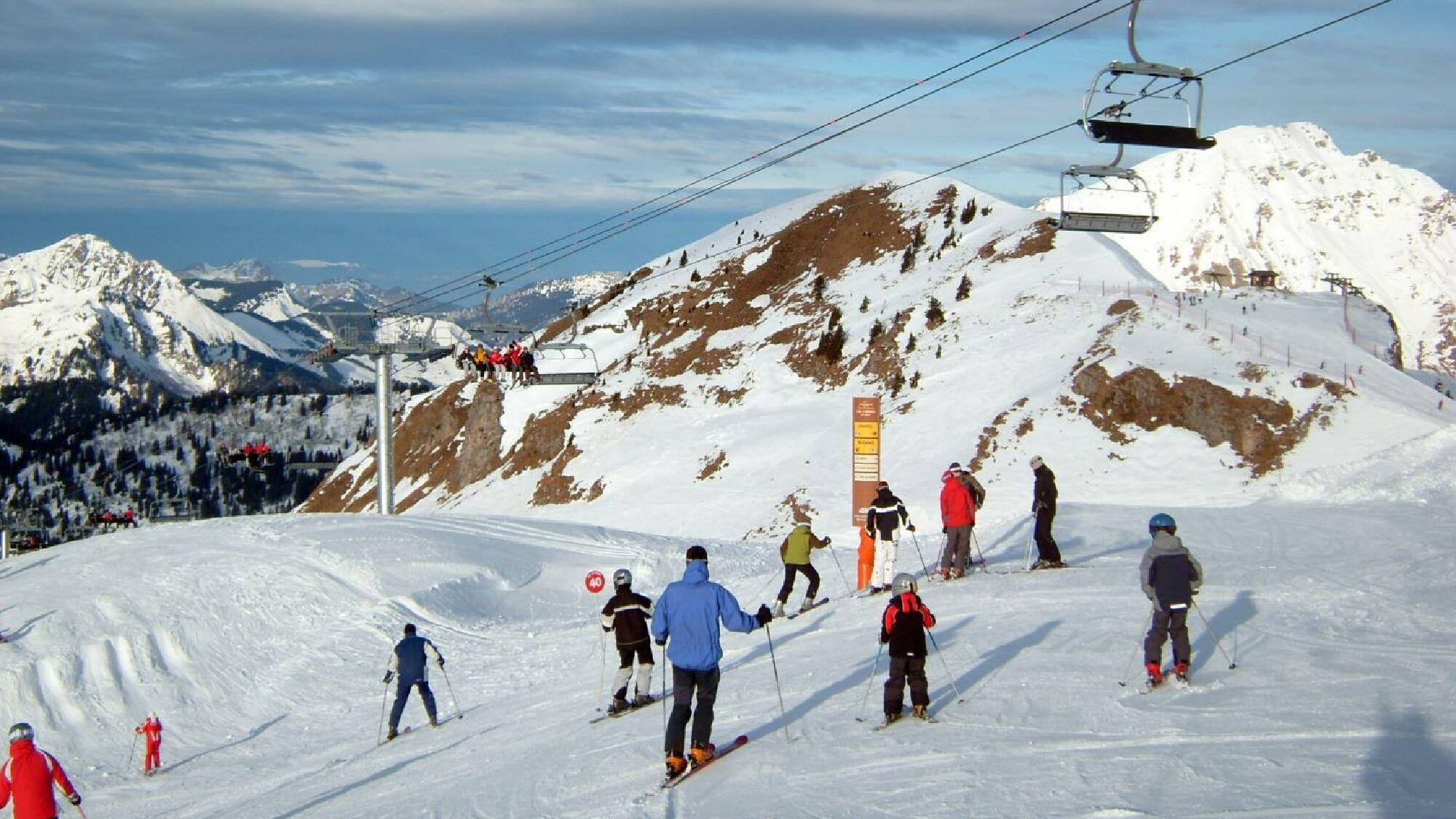 Bei der Planung der Ski-Klassenfahrt gilt es, ein geeignetes Skigebiet zu finden