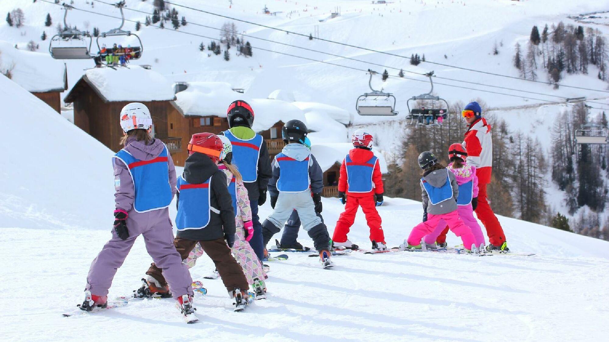 In einem Skikurs lernen Anfänger unter professioneller Aufsicht das Skifahren