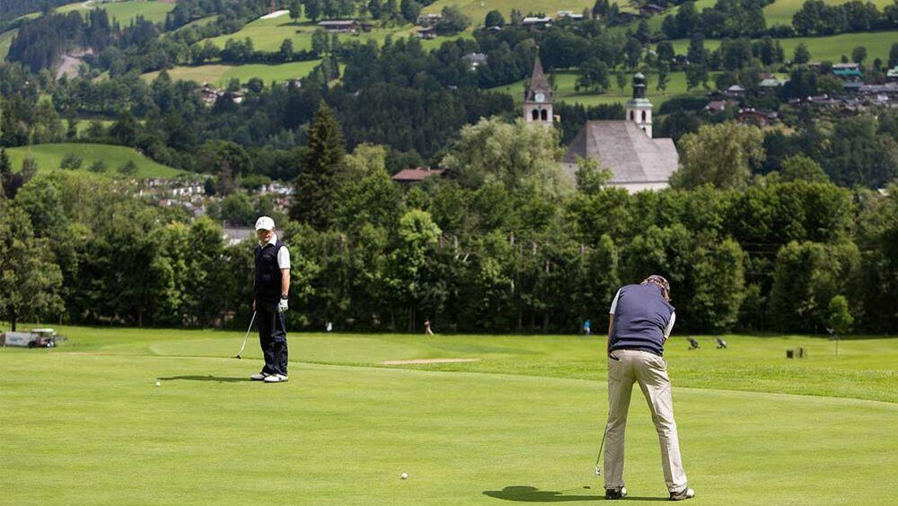 Golfer auf einem Golfplatz in Kitzbühel