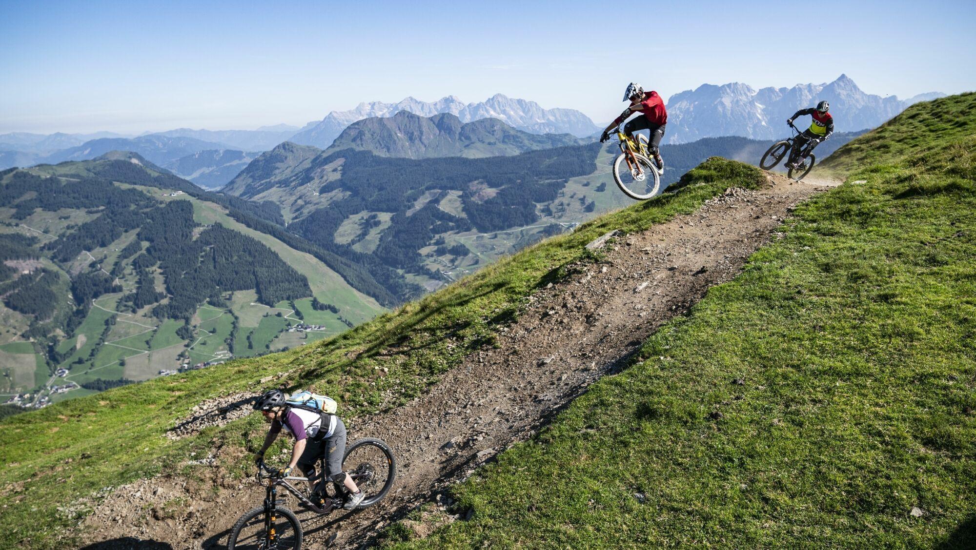 Mountainbiker auf einem Trail in Saalbach Hinterglemm