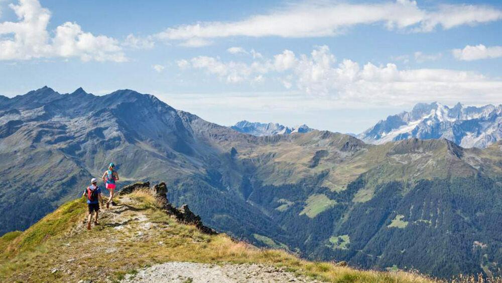 Es geht quer durch die beeindruckende Bergwelt