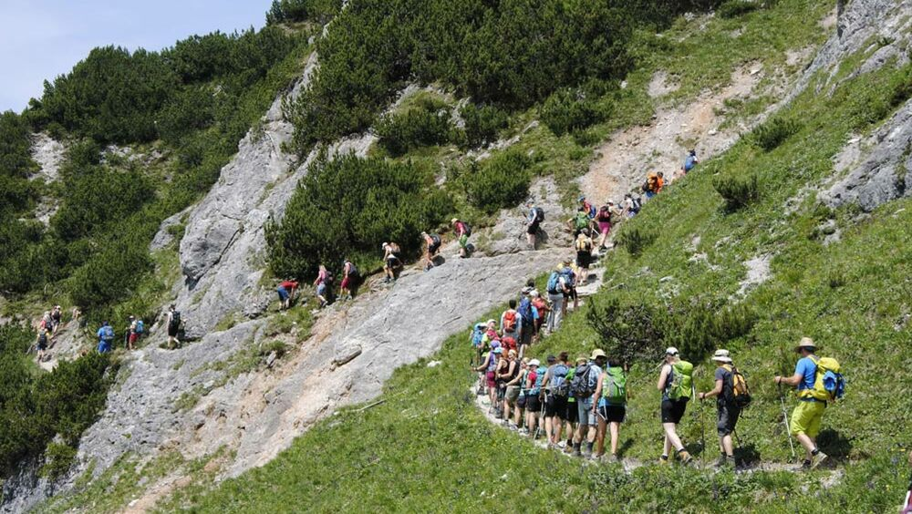 Wanderer beim Stoabergmarsch im Pillerseetal
