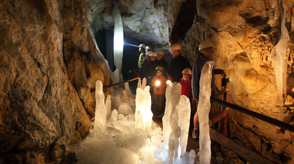 Besucher in der Eishöhle