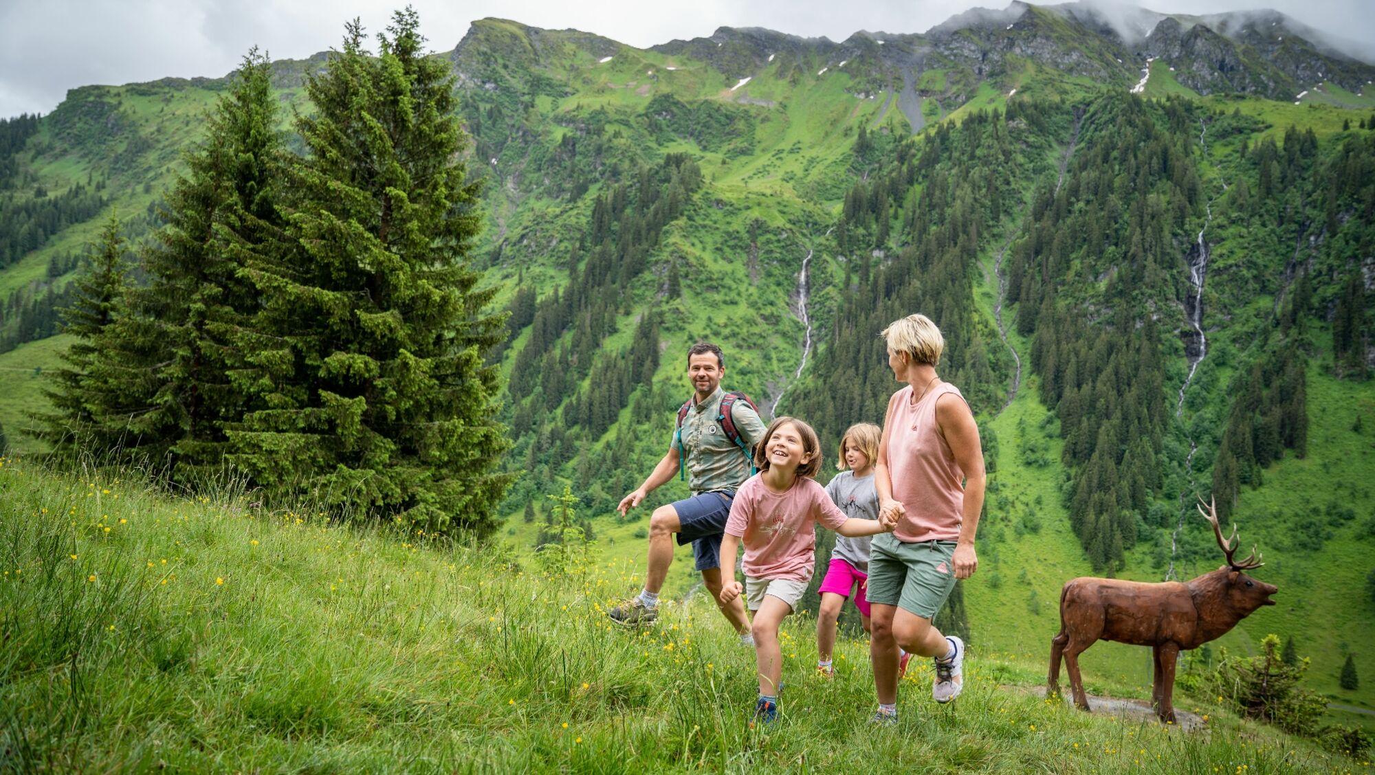 Familie auf dem Wildlife Trail in Saalbach Hinterglemm