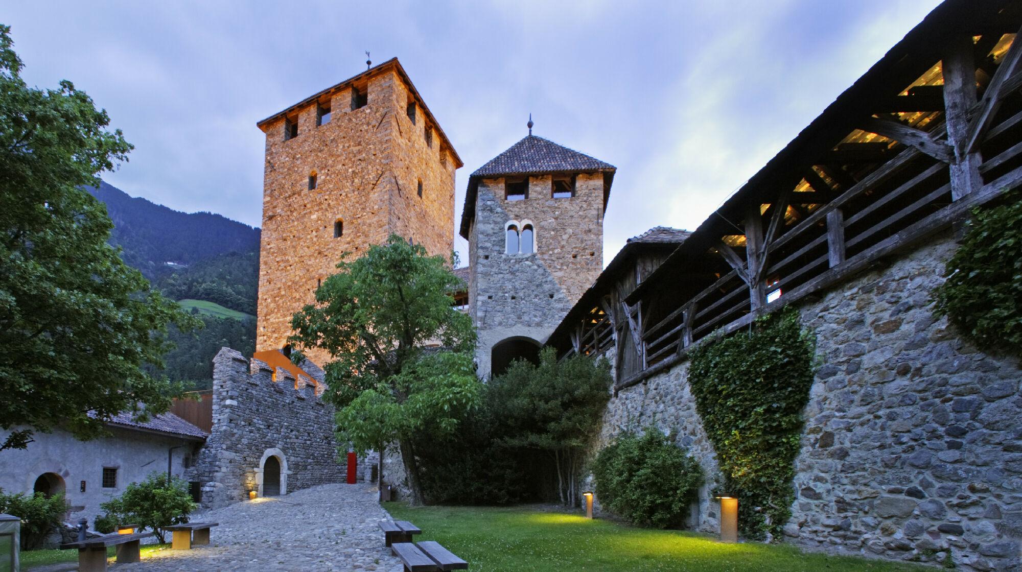 Schloss Tirol in der Abenddämmerung
