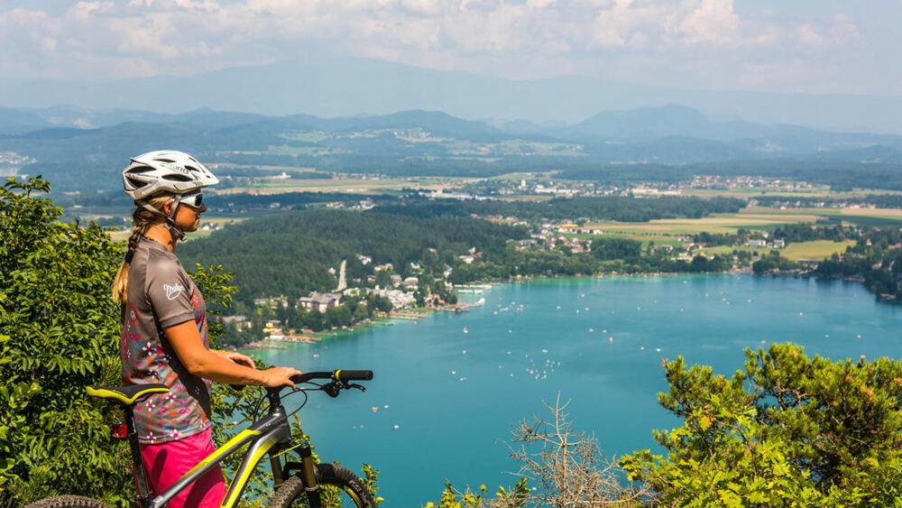 Bikerin oberhalb des Klopeiner Sees