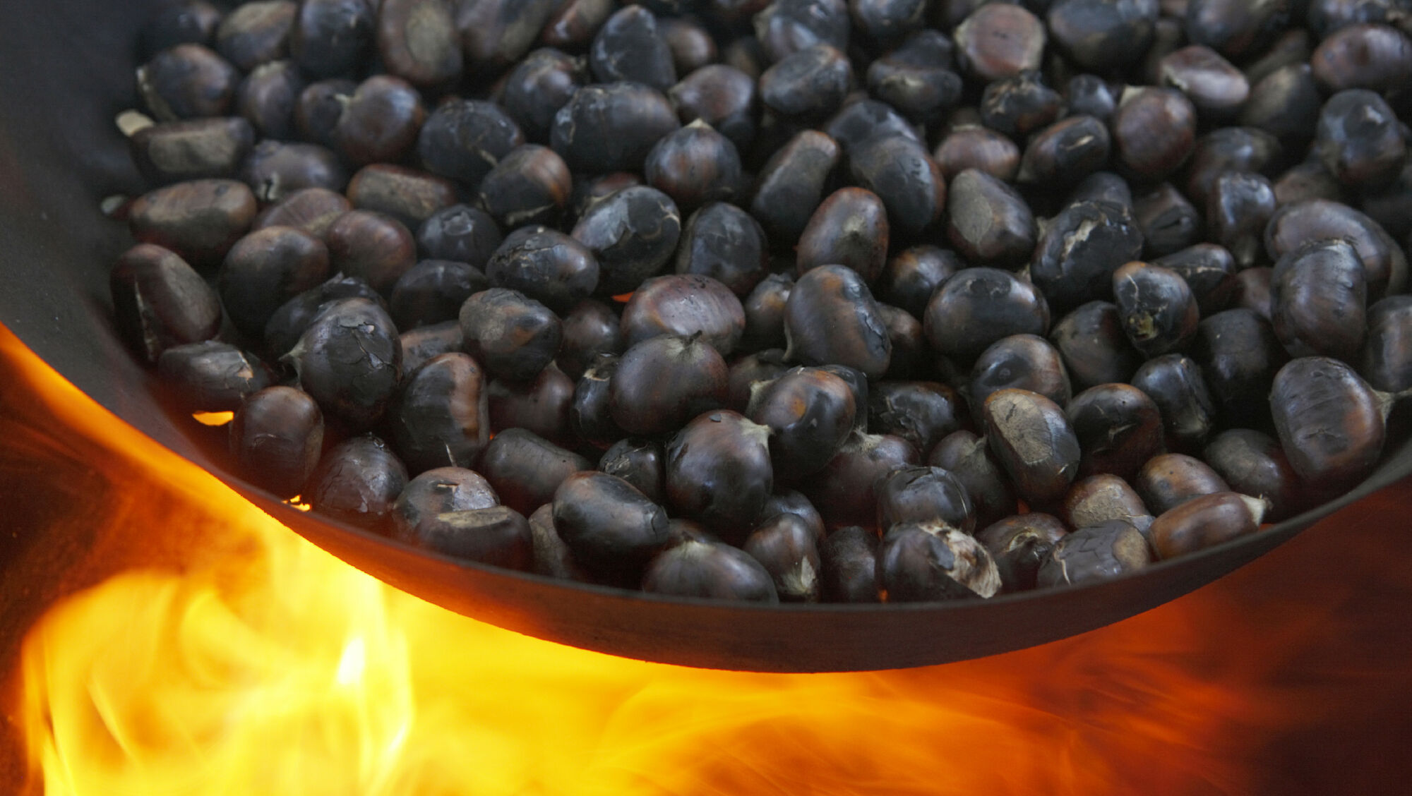 Die Kastanien werden über dem Feuer geröstet