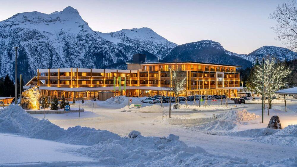 Blick auf das Zugspitz Resort Ehrwald im Winter