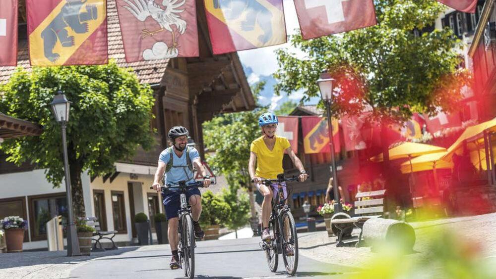 Zwei E-Mountainbiker in Gstaad Saanenland