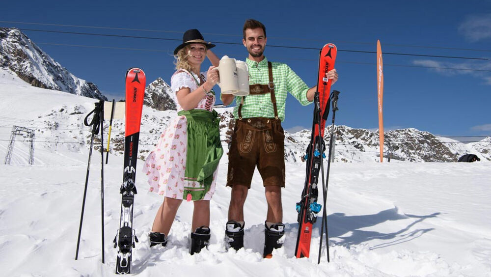 Paar beim Oktoberfest auf dem Stubaier Gletscher